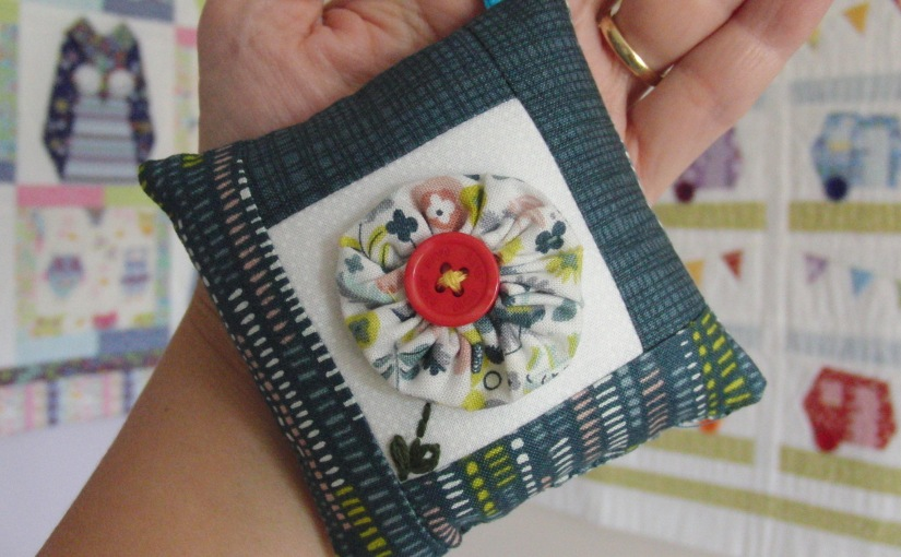 Small bag charm with Suffolk Puff centre – FREEPATTERN